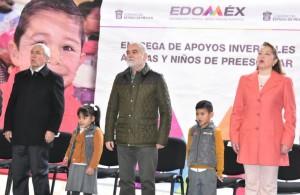El alcalde Ángel Zuppa y el secretario de Salud Gabriel O'Shea distribuyeron apoyos invernales para estudiantes de diversos municipios.